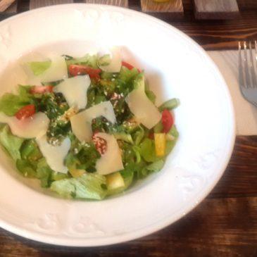 Цветной салат с авокадо и черри